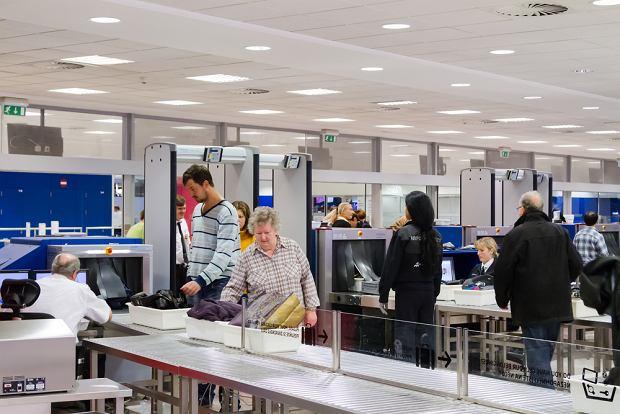 """""""Znajomej zabrali syrop podczas kontroli na lotnisku"""". Sprawdzamy, jakie leki można przewieźć samolotem"""