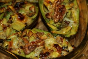 Miodowe awocado z orzechami i serem pleśniowym