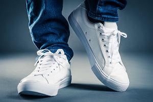 Buty sportowe do pracy. Jak je nosić, by wyglądać elegancko? [moda męska]