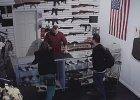"""""""Ten pistolet jest łatwy w użyciu. 5-latek zastrzelił nim brata"""". Weszli tu kupić broń, ale zmienili zdanie [WIDEO]"""