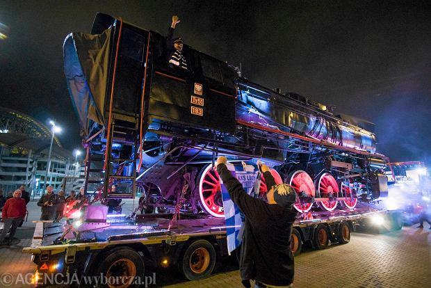 Zdjęcie numer 4 w galerii - Lech Poznań ma już swoją lokomotywę. Parowóz stanął przed stadionem przy Bułgarskiej