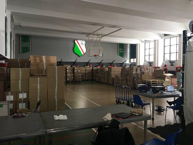 58d0d5527e Sportowcom zaproponowano salę baletową i korytarz. W ich sali szyją stroje  dla olimpijczyków