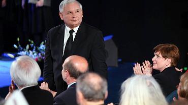 PiS słabnie. Dziś też wygrałby wybory, ale nie miałby już większości. N/z. Prezes PiS Jarosław Kaczyński i klaskajaca mu Premier Beata Szydlo (p) - podczas  Konwencji Prawa i Sprawiedliwości przed wyborami do Parlamentu Europejskiego
