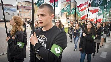 """Pochód ONR-u na kilka godzin przed premierą """"Białej siły, czarnej pamięci"""" w Teatrze Dramatycznym, Białystok, 16 kwietnia 2016"""