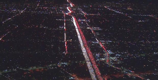 Nie, to nie uliczne ozdoby. Tak wygląda korek w Kalifornii przed Świętem Dziękczynienia