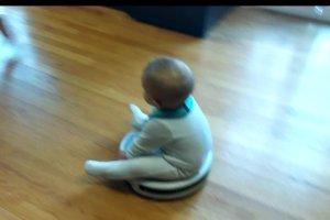 Ten chłopiec był zafascynowany odkurzaczem. Ale kiedy ojciec go na nim posadził...