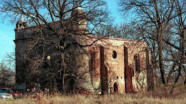 Ruiny kościoła w dawnej wsi Chojnica na poligonie w Biedrusku