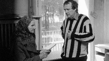 """Adam Michnik w redakcji """"Gazety Wyborczej"""", 1990 r."""