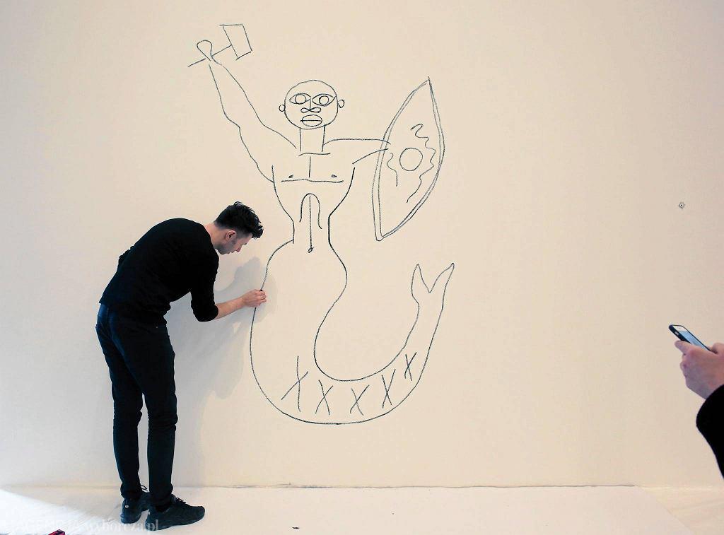 Karol Radziszewski maluje Syrena na ścianie w nowej siedzibie Muzeum Sztuki Nowoczesnej nad Wisłą / JACEK MARCZEWSKI