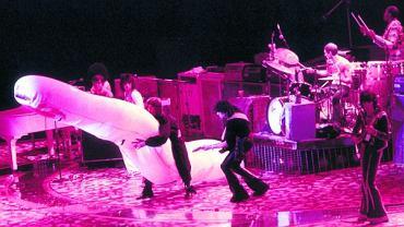 Rolling Stonesi grają w Los Angeles 11 lipca 1975 r. Podczas tamtej trasy po Ameryce na scenie pojawiał się wielki nadmuchiwany penis - na tym zdjęciu dosiada go Mick Jagger. Gwiazdorzy rocka byli przedmiotem pożądania fanek marzących, by się z nimi przespać. Najbardziej zdeterminowane, nazywane groupies, podążały za zespołami podczas ich tras koncertowych w nadziei spędzenia nocy z którymś z muzyków. Najsławniejszymi groupies były Kathy i Mary z Chicago, które na liście ''zdobyczy'' miały m.in.: Beatlesów, członków Led Zeppelin, Terry'ego Reida czy Micka Jaggera