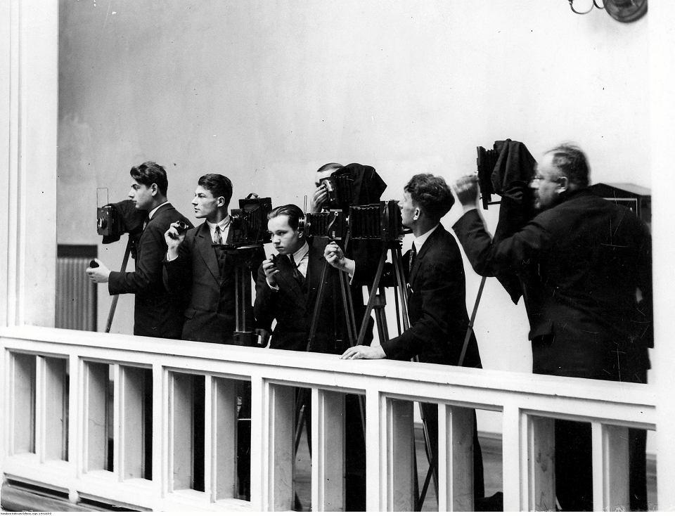 Warszawa, 26 listopada 1930 r. Fotoreporterzy na galerii przy pracy podczas posiedzenia Sejmu. Przed wojną, podobnie jak dziś, dziennikarze w Sali Plenarnej obserwowali obrady z galerii.
