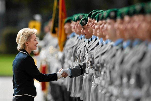 Niemiecka minister obrony Ursula von der Leyen i kompania honorowa Bundeswehry