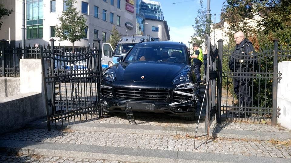 Kierowca porsche cayenne uciekał w niedzielę rano przed strażą miejską i policją. Staranował trzy radiowozy i próbował przejechać policjanta.