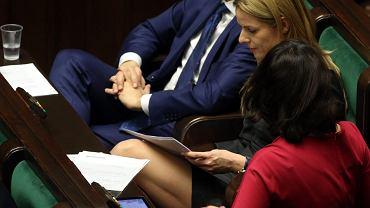 """""""Sensacja"""" na posiedzeniu Sejmu! Joanna Schmidt, piękna posłanka  .Nowoczesnej pojawiła się na wtorkowych obradach w króciutkiej spódniczce odsłaniającej jej zgrabne nogi. A teraz popatrzcie na miny siedzącego tuż obok niej Ryszarda Petru."""