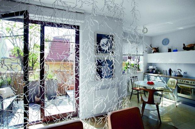 Salon Salon delikatnie odgradzają od balkonu plastikowe Algi, proj. Ronana i Erwana Bouroulleców (Vitra).