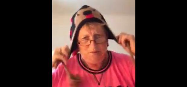 64-letnia kobieta nagrała prześmieszny filmik. Pokazuje w nim sprawdzone sposoby na młody wygląd [WIDEO]