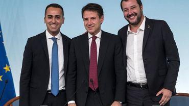 Premier Włoch Giuseppe Conti (w środku) w otoczeniu wicepremier Włoch, minister rozwoju gospodarczego i pracy Luigiego Di Maio i wicepremiera  oraz ministra spraw wewnętrznych -  Matteo Salviniego
