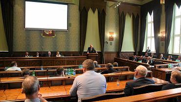 Wrocławscy radni przegłosowali podwyżki dla urzędników. Dostaną je od września.