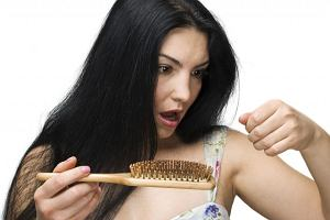 Wypadanie włosów - przyczyny, jak sobie z nim radzić