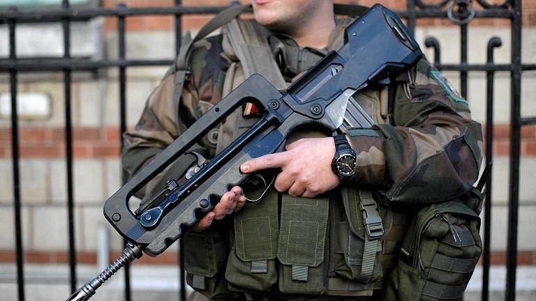 Uzbrojeni żołnierze na ulicy w Paryżu