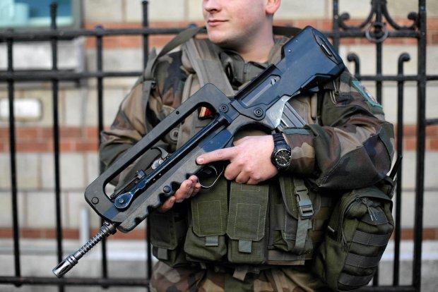 Uzbrojeni �o�nierze na ulicy w Pary�u