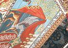 Sklepienie repliki dachu synagogi z Gwo�d�ca zdobi� malowid�a odtworzone na podstawie archiwalnych zdj��. Obok znak�w zodiaku i ornament�w ro�linnych wyst�puj� tu zwierz�ta i mityczne stwory. Lew walczy z jednoro�cem, nied�wied� wspina si� na palm�, pantera spogl�da dzikim wzrokiem. S� te� s�o� i wielb��d, zaj�ce i kuropatwy, kruki, jastrz�bie i koguty. Wszystkie stworzenia maj� tu swoje miejsce i symbolik�, uzupe�nion� tekstami biblijnymi i przys�owiami. Dekoracja kieruje uwag� widza na wschodni� stron�, gdzie sta�a szafa o�tarzowa Aron ha-kodesz, w kt�rej przechowywano zwoje Tory. Pami�tk� po niej na sklepieniu jest przedstawienie dw�ch gryf�w trzymaj�cych tablice moj�eszowe.