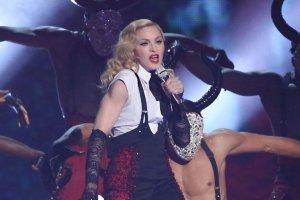 """Mia�o by� wielkie show i by�o. O jej wyst�pie m�wi� wszyscy. Pow�d? Madonna UPAD�A NA SCENIE. """"By�a zszokowana"""" [WIDEO]"""