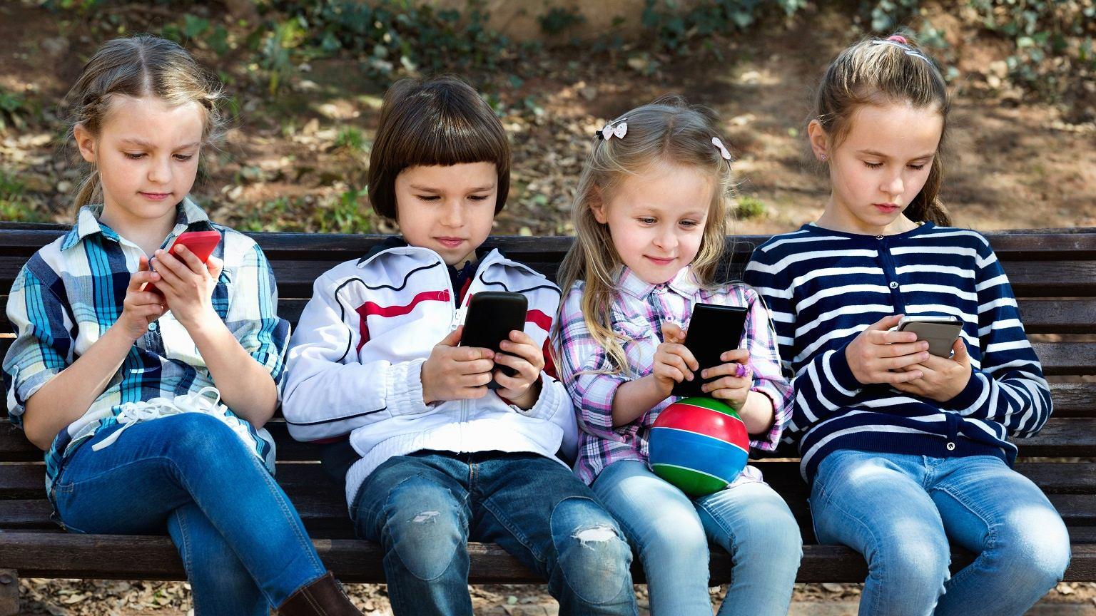 0376fa1ae3 Dzieci ze smartfonami