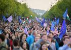 """Tysiące Węgrów demonstrowało na ulicach Budapesztu przeciw rządom Orbana. """"Jesteśmy bliżej Rosji, niż nam się wydaje""""."""