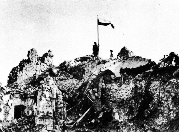 Polska flaga na ruinach klasztoru na Monte Cassino