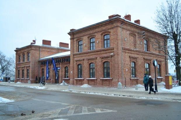 Bliźniaczo podobny do dąbrowskiego dworzec PKP w Myszkowie po modernizacji