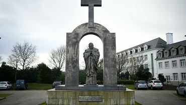 Pomnik Jana Pawła II w Ploërmel, z którego francuska Rada Stanu nakazała usunąć krzyż, ponieważ narusza on zasady konstytucyjnego rozdziału Kościoła od państwa