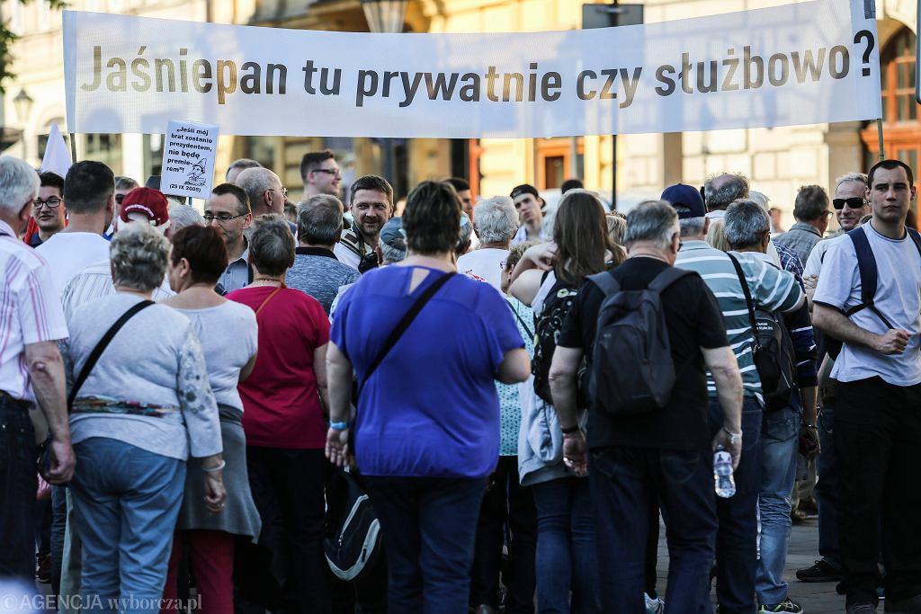 Miesięcznica pogrzebu smoleńskiego na Wawelu