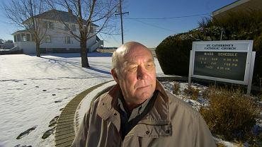 Joe McGee z miasteczka Iliff w stanie Kolorado był w latach 50. molestowany przez księdza z parafii św. Katarzyny (w tle). W 1996 r. archidiecezja w Denver wypłaciła mu 10 tys. dol. pod warunkiem milczenia i odstąpienia od dalszych roszczeń. McGee złamał te warunki. Opowiedział swoją historię gazecie 'Denver Post'