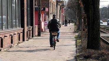 Rowerzysta na zniszczonym chodniku