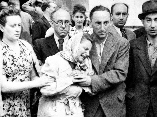 Pogrzeb ofiar pogromu kieleckiego, lipiec 1946. Canin pisze rok później: 'Przy stole spotkałem się z całą żydowską ludnością Kielc. W żaden sposób nie mogłem pojąć, co trzyma tutaj tych dwadzieścioro ludzi'