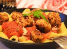Makaron penne z sosem pomidorowo-bazyliowym i klopsikami - ugotuj