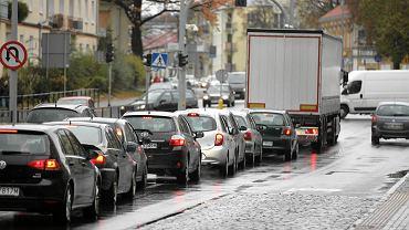 Samochody stoją na al. Wojska Polskiego w Olsztynie