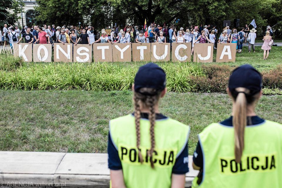 'Konstytucja' podczas demonstracji 'Nie dla upolitycznienia Policji' Warszawa, 9 sierpnia 2018