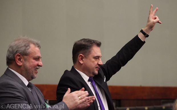 Sejm przyjął ustawę obniżającą wiek emerytalny. Emerytury od 60 i 65 lat już od 2017 roku