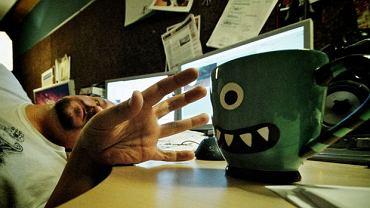 W biurze klimat przyjemny, ale oczy, skóra i gardło wołają: wody!