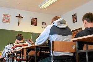 Katecheta w roli wychowawcy? Byli uczniowie o nauczycielach religii: Karą były pokłony przed krzyżem