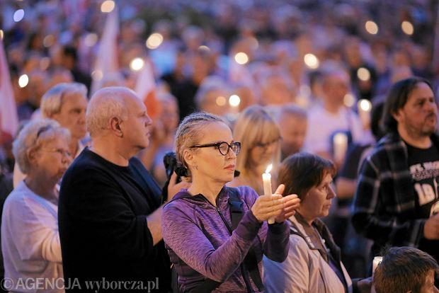 Zdjęcie numer 14 w galerii - Tłumy przed Sądem Okręgowym w Łodzi. Kolejny dzień protestów przeciwko zmianom PiS w sądownictwie [ZDJĘCIA]