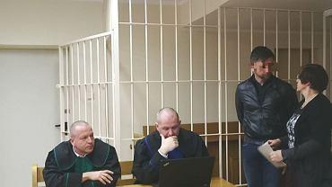 Proces dwóch Francuzów: Romaina B. i Ty Song U., oskarżonych o skimming. Na zdjęciu dwóch obrońców, Romain B. i tłumaczka przysięgła