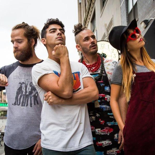 Nie, zespół nie zmienia branży z muzycznej na transportową, Joe Jonas i jego koledzy z zespołu DNCE postanowili wyciąć pranka mieszkańcom Los Angeles. Zobaczcie sami!