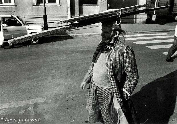 Zdjęcie numer 0 w galerii - Kobieta z deską, prosiak z kluczem, czyli obrazki obyczajowe z archiwum Wyborczej [ZOBACZ]