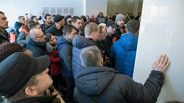 Urząd Wojewódzki w Poznaniu. Kolejka interesantów w Wydziale Spraw Obywatelskich i Cudzoziemców
