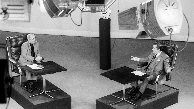 30 listopada 1988 r. Po raz pierwszy od wprowadzenia stanu wojennego Lech Wałęsa pokazany został w oficjalnych mediach w trakcie transmisji debaty z szefem OPZZ Alfredem Miodowiczem. Zdecydowanie lepiej wypadł przywódca 'S', ale inicjatorem debaty był Miodowicz. - Zawsze lepiej rozmawiać, niż targać się po szczękach - mówił szef OPZZ, choć towarzysze z Biura Politycznego odradzali mu debatę. Andrzej Wajda i dziennikarz telewizyjny Andrzej Bober doradzili Wałęsie, jak ma się zachowywać przed kamerą, a Adam Michnik odbył z nim tzw. sparing. Kilka lat temu tak go wspominał: - Lech miał być sobą, a ja Miodowiczem. 'Panie Wałęsa - mówię - dlaczego pan się zawsze otacza jakimiś doradcami? Przecież to tak wygląda, jakby to oni panu rozkazywali'. A Lech mi na to: 'Panie Miodowicz, przy dobrym panu to i pies się pożywi'. Nie było o czym rozmawiać, już nie miałem wątpliwości, że Lechu musi tego biednego Miodowicza zmasakrować.