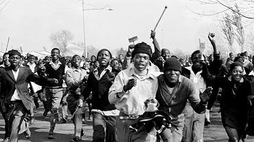 Strajk uczniów w Soweto, 16 czerwca 1976 r. Uczniowie domagali się reform systemu, chcieli uczyć się we własnym języku (zulu). Początkowo zabraniali się fotografować. Tłumaczyłem jednak, że 'niedokumentowana walka nie jest walką'. Przekonałem ich!