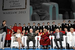 Nobli�ci w Warszawie: Rozwi�zujmy konflikty bez przemocy